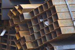 在金属制品仓库金属化外形管子组装的长方形横断面 库存照片