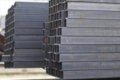 在金属制品仓库金属化外形管子组装的长方形横断面 免版税库存图片