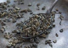 在金属匙子的绿茶 免版税库存照片
