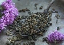 在金属匙子的绿茶 免版税库存图片