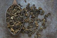 在金属匙子的绿茶 库存照片