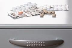 在金属医疗物资的药片 免版税库存照片