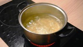 在金属平底深锅和烹调长的面团意粉通心面的开水在水中 影视素材