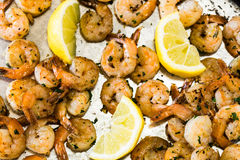 在金属平底锅的烤虾开胃菜有柠檬的 免版税库存照片