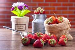 在金属杓子的新鲜的草莓在木桌上 库存图片