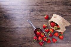 在金属杓子的新鲜的草莓在木桌,顶视图图象上 库存照片