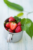 在金属杯子的草莓 免版税库存图片