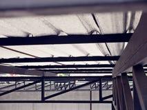 在金属板下附有屋顶绝缘材料 免版税库存照片