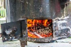 在金属板烹饪器材的强的火 库存图片