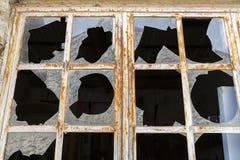 在金属框架的残破的窗口 库存图片