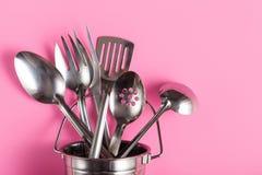 在金属桶的不同的金属厨房器物 免版税库存图片