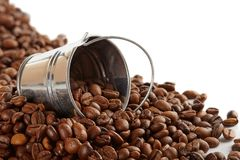 在金属桶的咖啡豆 图库摄影