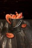 在金属桶的大虾 免版税库存照片