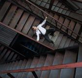 在金属楼梯的孤独的商人 免版税库存照片
