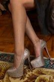 在金属泵浦喂脚跟鞋子的美好的女性腿 库存照片