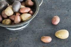 在金属滤锅的荷兰土豆 免版税库存照片
