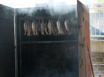 在金属烹饪器材的熏制的鱼,德国 库存图片