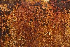 在金属片的生锈的黄色油漆 免版税库存照片