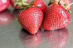 在金属片的2个草莓 免版税库存照片