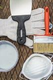 在金属片的绘画工具在草 库存图片