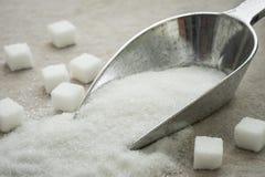 在金属瓢的糖 免版税库存照片