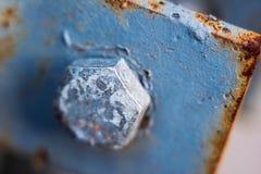 在金属生锈的板材特写镜头,软的焦点的老蓝色螺栓 免版税库存图片
