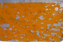 在金属的发隆隆声的黄色油漆 免版税库存图片