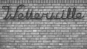 在金属的字符在砖墙上 免版税图库摄影