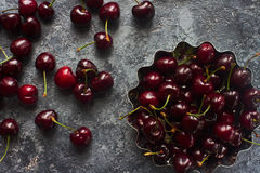 在金属的新鲜的有机樱桃在黑暗的石背景滚保龄球 库存图片