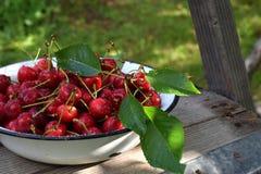 在金属的甜樱桃在一个木楼梯滚保龄球在庭院里 免版税库存图片
