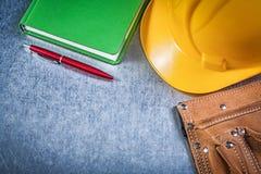 在金属的皮革工具传送带安全安全帽运作的日志笔 免版税库存图片