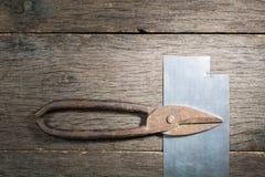 在金属的老生锈的剪刀在灰色板条背景 免版税库存照片