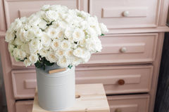 在金属的葡萄酒室内装璜桃红色淡色壁橱白玫瑰用桶提 免版税库存照片