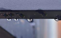 在金属的雨珠 库存图片