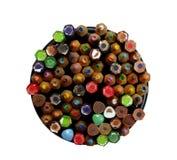 在金属盒的五颜六色的铅笔在白色背景isola 图库摄影