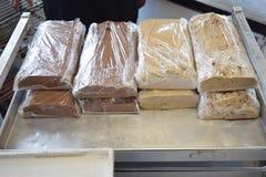 在金属盘子包裹的大面包的乳脂软糖 免版税图库摄影