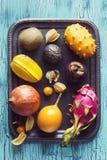 在金属盘子的热带水果 库存图片