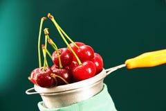 在金属碗的成熟樱桃。 免版税库存图片