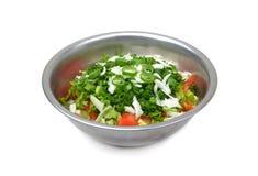 在金属碗的新鲜的沙拉在白色 免版税图库摄影