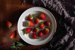 在金属碗的新鲜的草莓 免版税图库摄影