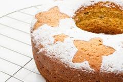 在金属立场的自创传统果子蛋糕被隔绝在白色 库存图片