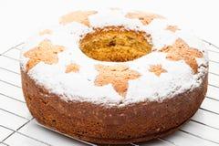 在金属立场的自创传统果子蛋糕被隔绝在白色 免版税库存照片