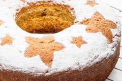 在金属立场的自创传统果子蛋糕被隔绝在白色 免版税库存图片