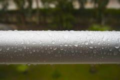 水滴在金属管子的 库存照片