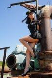 在金属管附近的性感的可爱的警察妇女 免版税图库摄影