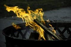 在金属篮子的安全阵营火营火 免版税库存图片