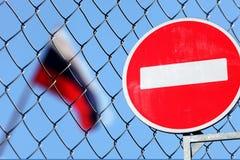 在金属篱芭后的俄国旗子 免版税图库摄影