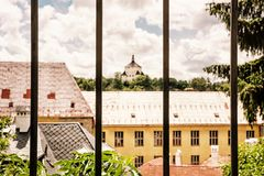 在金属篱芭后的新的城堡, Banska Stiavnica,黄色过滤器 库存照片