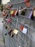 在金属篱芭的爱挂锁 免版税库存照片
