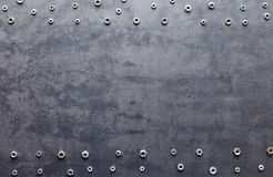 在金属纹理背景的螺丝胡说的框架 免版税库存照片